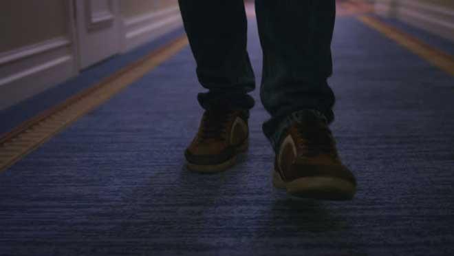 با کفش ها روی فرش نروید